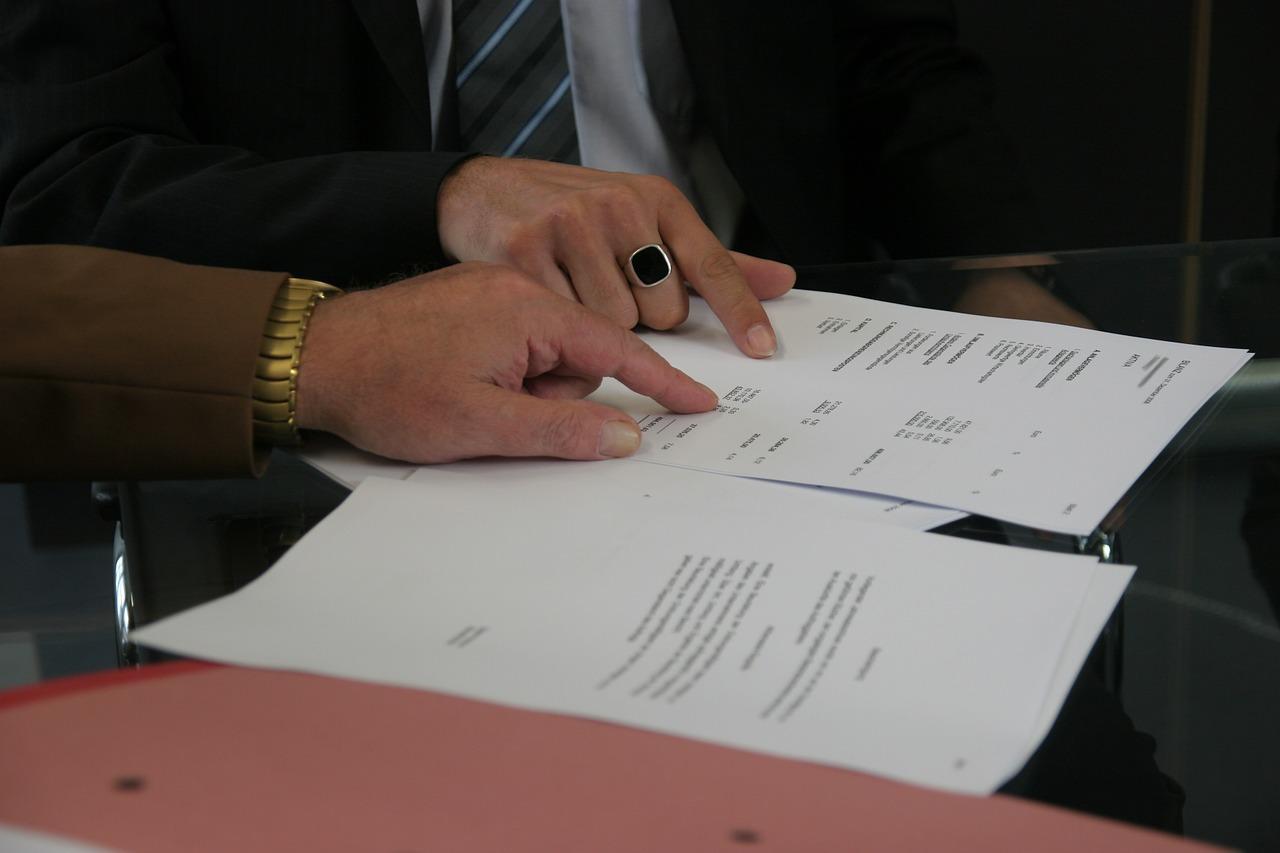 zdjęcie do W artykule umieszczono najważniejsze⭐  informacje związane z odsetkami i karami umownymi,➡️ które często zapisane są w umowie deweloperskiej.⭐
