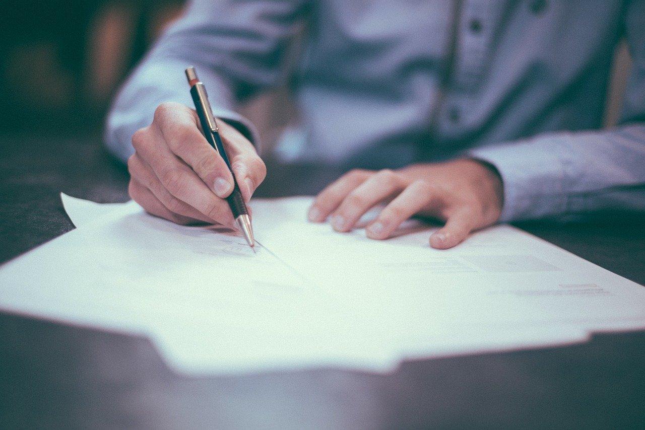 zdjęcie do W poniższym artykule ➽ wyjaśniamy,➽ jak najlepiej sprawdzić ➡️ umowę deweloperską.