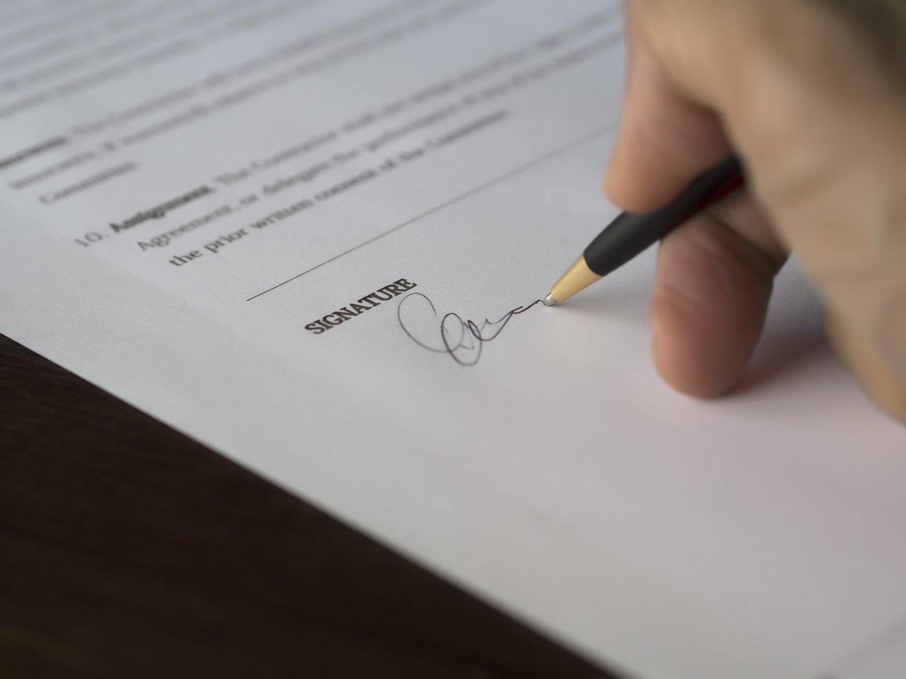 zdjęcie do W poniższym artykule ✓ wyjaśniamy, ➽ jak sprawdzić umowę deweloperską.✓