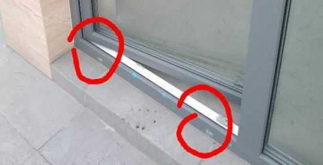 Brak zaślepek w ościeżnicy drzwi balkonowych