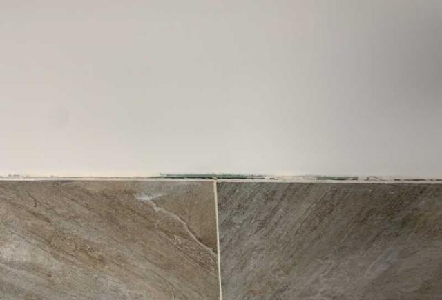 Odstające płytki na ścianie w łazience