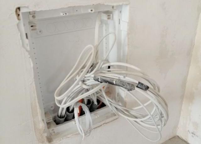 Brak zamontowanych drzwiczek w skrzynce teletechnicznej i końcówek na kablach