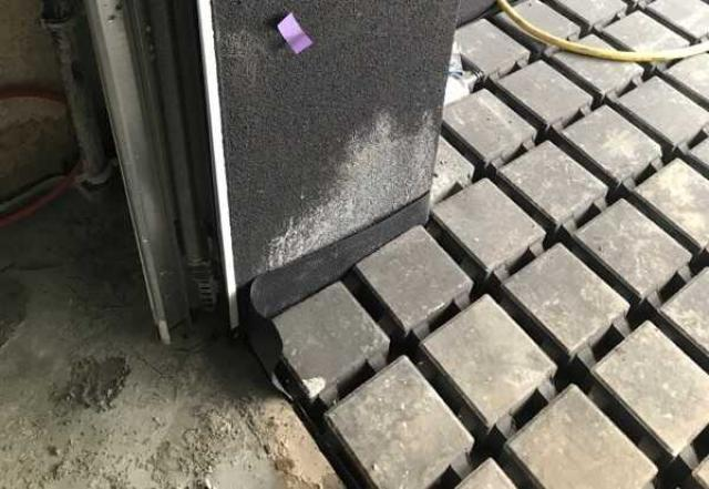Zabrudzenia elewacji przy garażu