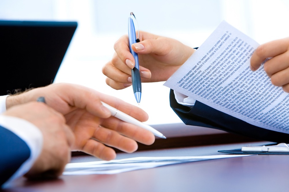 Stan prawny sprawdzimy, analizując księgi wieczyste oraz prosząc sprzedającego o informacje o mieszkaniu.