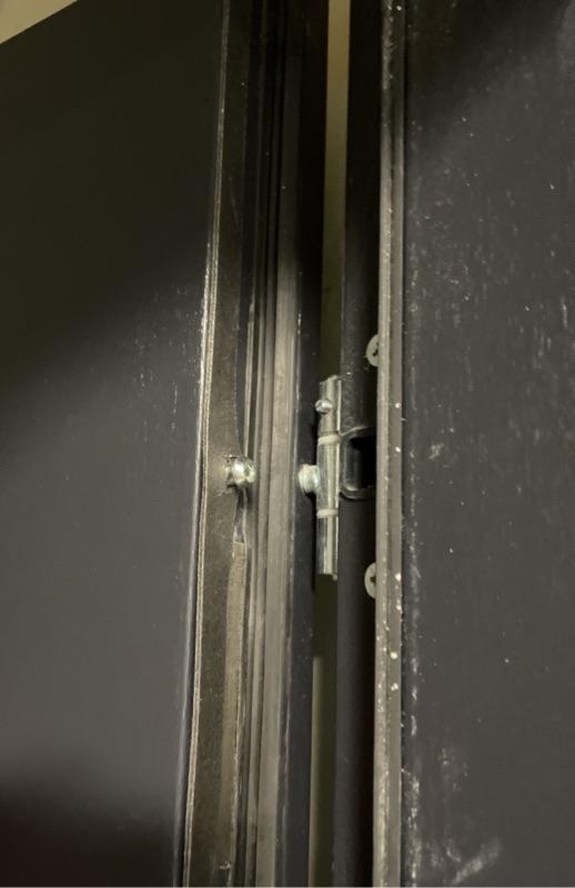 Emilii Plater, Szczecin - Odklejająca się uszczelka przy śrubie w drzwiach wejściowych