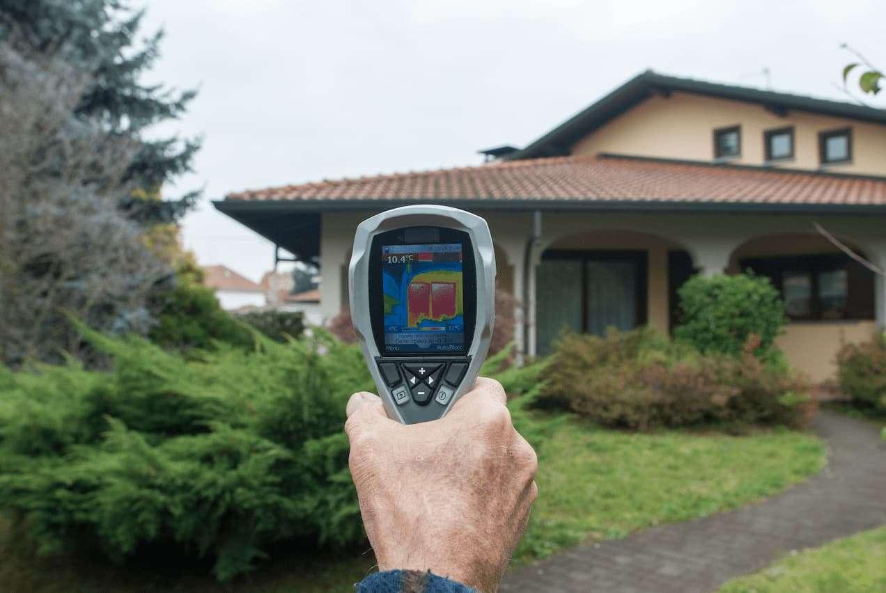 Kamera termowizyjna to specjalistyczne urządzenie tworzące obraz ukazujący rozkład temperatur danego obiektu.