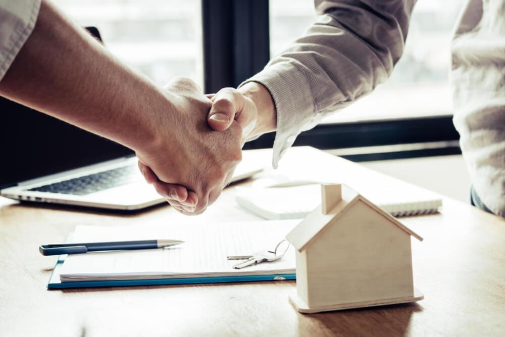 Przy kupnie mieszkania od dewelopera podstawą jest podpisanie umowy deweloperskiej.