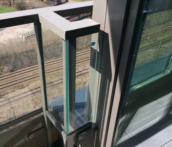 Poluzowanie szyby barierki balkonowej