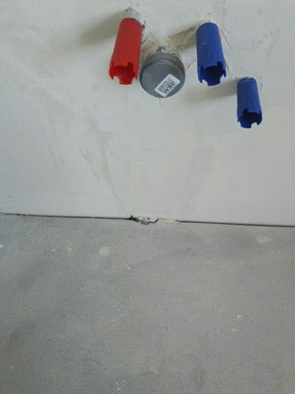 Wystające rury poza płaszczyznę ściany na inwestycji Wilga Park
