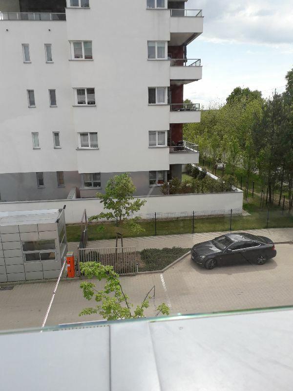 Rysa na szybie osłony balkonowej na inwestycji Osiedle Leśna
