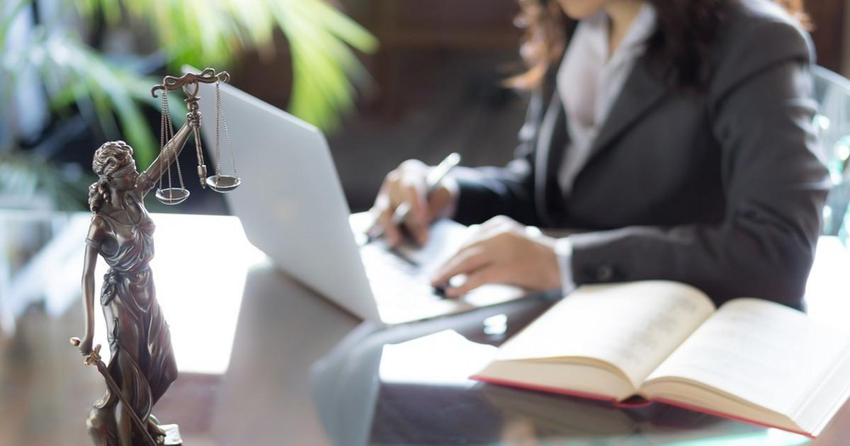 Zakup domu powinien wiązać się z weryfikacją księgi wieczystej, czyli sprawdzeniem stanu prawnego nieruchomości.