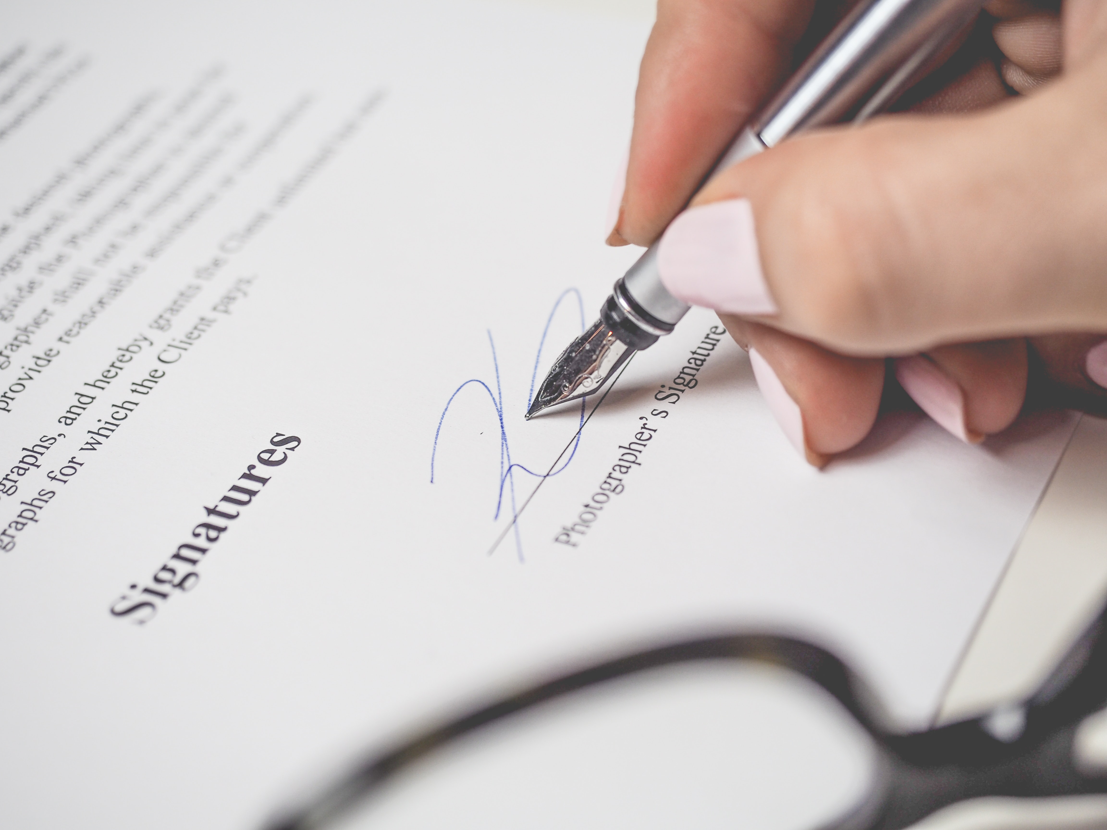 zdjęcie do W artykule wyjaśniamy jak zachować się w sytuacji, gdy deweloper uchyla się od podpisania aktu notarialnego oraz jak zmusić go do podpisania umowy przenoszącej własność.