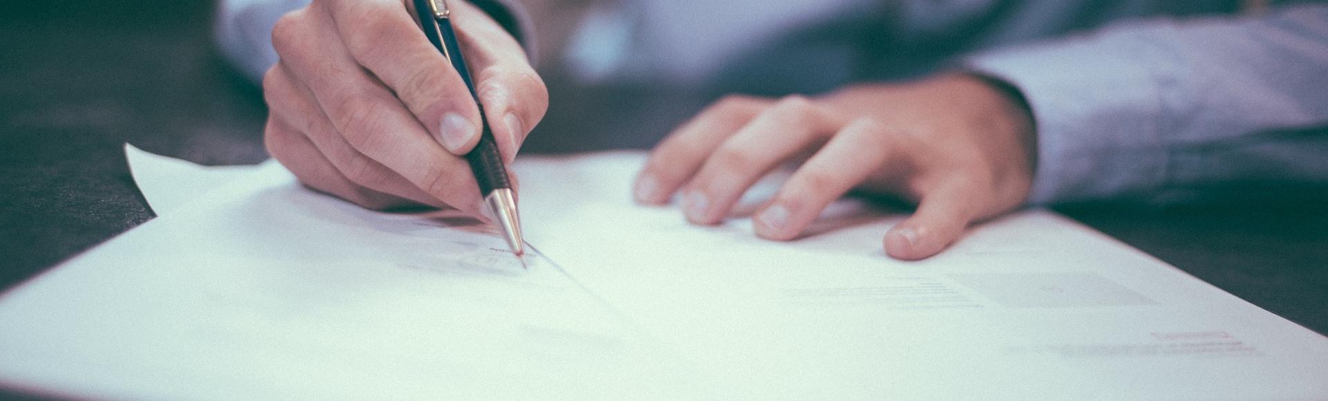 zdjęcie do Wyjaśniamy, na jakie niebezpieczne klauzule/postanowienia/zapisy w umowie deweloperskiej należy uważać przed jej podpisaniem.