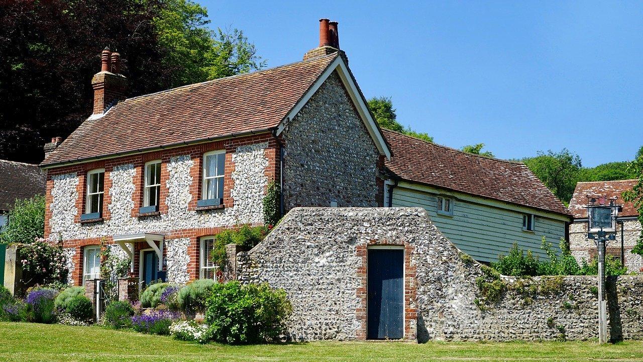 zdjęcie do W poniższym artykule podpowiadamy, jak powinien wyglądać przegląd starego domu.