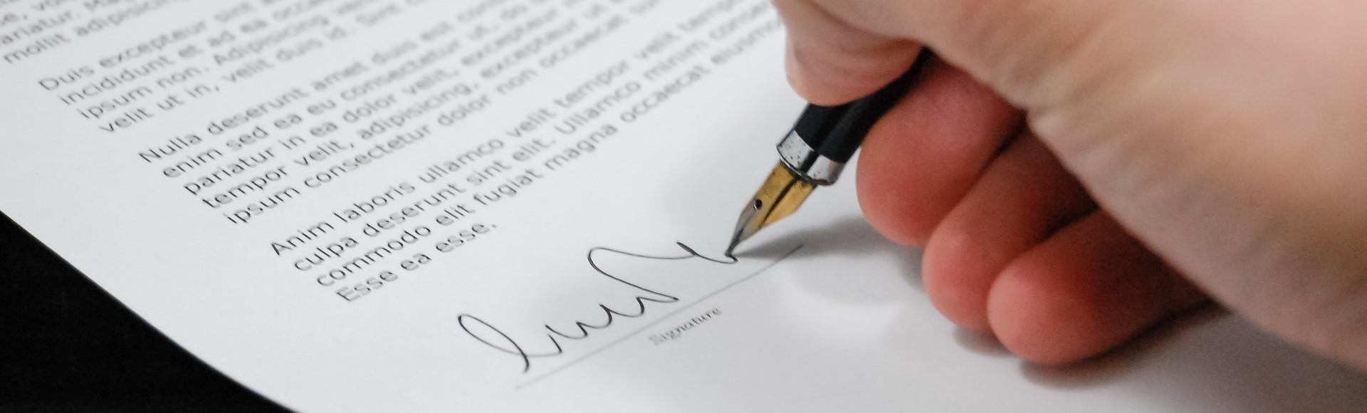 zdjęcie do Podpisując umowę deweloperska powinniśmy sprawdzić stan prawny gruntów, na których powstaje inwestycja. W artykule opisujemy kwestie związane z umową deweloperską oraz użytkowaniem wieczystym.